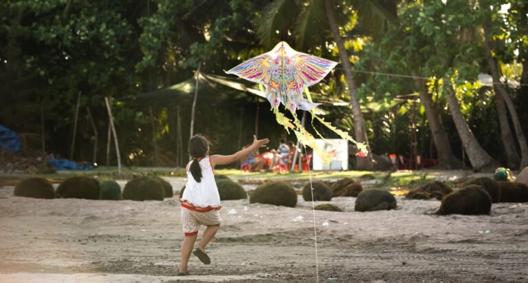 dziecko puszczające latawiec